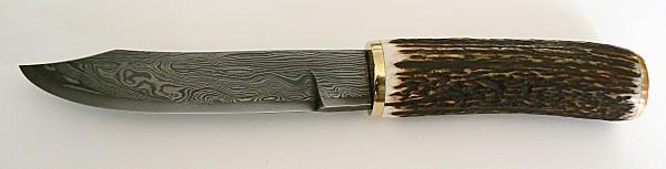 Couteau de chasse en damas,  bois de cerf et laiton