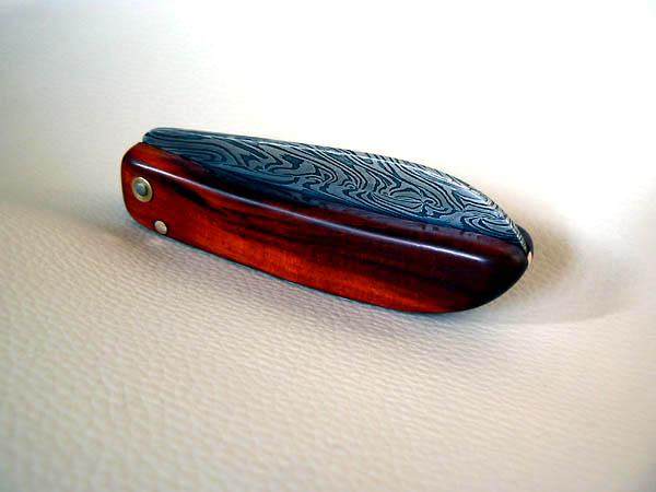 Couteau pliant deux clous, damas multi torsades, manche en aloha (ébène rouge)